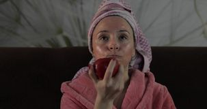 Γυναίκα που προσέχει έναν πρόσφατο - κινηματογράφος νύχτας στη TV, που τ φιλμ μικρού μήκους