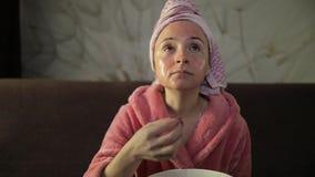 Γυναίκα που προσέχει έναν πρόσφατο - κινηματογράφος νύχτας στη TV, που τ απόθεμα βίντεο