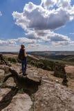 Γυναίκα που προσέχει την άποψη στους βράχους του Derbyshire στοκ φωτογραφίες με δικαίωμα ελεύθερης χρήσης