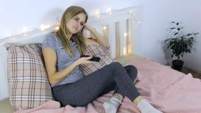Γυναίκα που προσέχει τη TV και το χασμουρητό απόθεμα βίντεο