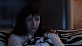 Γυναίκα που προσέχει τη TV και που φωνάζει, δάκρυα της ευτυχίας, συναισθηματικός κινηματογράφος απόθεμα βίντεο