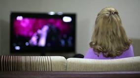Γυναίκα που προσέχει τη TV απόθεμα βίντεο