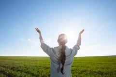 Γυναίκα που προσεύχεται έξω στη φύση στοκ εικόνα