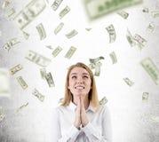 Γυναίκα που προσεύχεται για τη βροχή δολαρίων για να μην σταματήσει Στοκ φωτογραφία με δικαίωμα ελεύθερης χρήσης