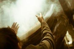 Γυναίκα που προσεύχεται με το κάψιμο θυμιάματος στο διάσημο βουδιστικό ναό Senso-senso-ji σε Asakusa, Τόκιο, Ιαπωνία στοκ φωτογραφίες με δικαίωμα ελεύθερης χρήσης