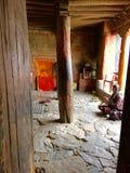 Γυναίκα που προσεύχεται σε ένας από τους ναούς στο μοναστήρι Thiksay στην περιοχή Leh Ladakh στο Κασμίρ Ινδία Στοκ Εικόνες