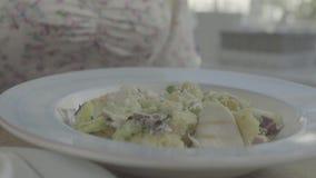 Γυναίκα που προσθέτει στο σπίτι το άλας στο γεύμα Αλατισμένος δονητής, αλάτι, τρόφιμα Το πιάτο των τροφίμων, κινηματογράφηση σε π απόθεμα βίντεο