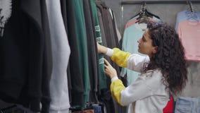 Γυναίκα που προσπαθεί να βρεί τη νέα μπλούζα απόθεμα βίντεο