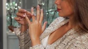 Γυναίκα που προσπαθεί σε ένα δαχτυλίδι διαμαντιών στο κατάστημα κοσμήματος απόθεμα βίντεο