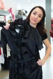Γυναίκα που προσπαθεί στα ενδύματα στο κατάστημα στοκ εικόνες