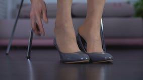 Γυναίκα που προσπαθεί στο ζευγάρι των νέων άνετων παπουτσιών στη μπουτίκ, πελάτης καταστημάτων, ύφος απόθεμα βίντεο