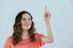 Γυναίκα που προσποιείται να αγγίξει μια αόρατη οθόνη Στοκ Εικόνες