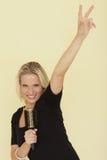 Γυναίκα που προσποιείται να είναι αστέρας της ροκ Στοκ φωτογραφία με δικαίωμα ελεύθερης χρήσης