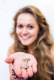 Γυναίκα που προσφέρει μια βασική, εκλεκτική εστίαση στο κλειδί και το χέρι Στοκ Φωτογραφία