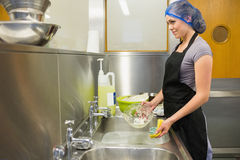 Γυναίκα που πλένει τα πιάτα στοκ φωτογραφίες με δικαίωμα ελεύθερης χρήσης
