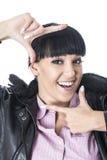 Γυναίκα που πλαισιώνει το πρόσωπό της με τα χέρια της για μια φωτογραφία Στοκ Εικόνα
