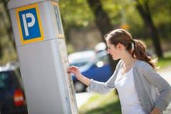 Γυναίκα που πληρώνει για το χώρο στάθμευσης στοκ εικόνα με δικαίωμα ελεύθερης χρήσης