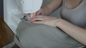 Γυναίκα που ράβει μια γκρίζα τσάντα απόθεμα βίντεο