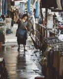 Γυναίκα που σκουπίζει στην αγορά warorot, Chinatown σε Chiang Mai Στοκ Εικόνες