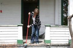 Γυναίκα που σκουπίζει το μπροστινό μέρος Στοκ Εικόνες