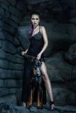 Γυναίκα που στέκεται δίπλα στο σκυλί και το Doberman Στοκ Φωτογραφία