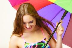 Γυναίκα που στέκεται κάτω από τη ζωηρόχρωμη ομπρέλα ουράνιων τόξων Στοκ φωτογραφίες με δικαίωμα ελεύθερης χρήσης