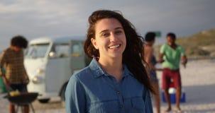 Γυναίκα που στέκεται με το μπουκάλι μπύρας στην παραλία 4k απόθεμα βίντεο