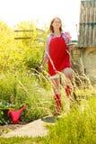 Γυναίκα που στέκεται με το φτυάρι στον κήπο Στοκ Εικόνες