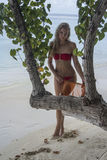 Γυναίκα που στέκεται πίσω από το δέντρο Στοκ Εικόνες