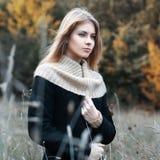 Γυναίκα που στέκεται σε ένα πεδίο Φθινόπωρο Στοκ φωτογραφία με δικαίωμα ελεύθερης χρήσης