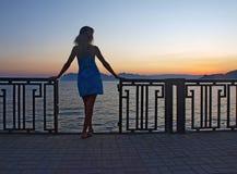 Γυναίκα που στέκεται στην αυγή Στοκ Εικόνες