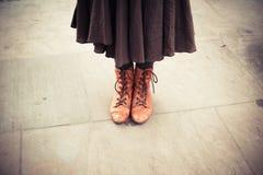 Γυναίκα που στέκεται στην οδό Στοκ Εικόνα