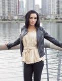 Γυναίκα που στέκεται στη γωνία ραγών παραλιών Στοκ Εικόνες
