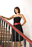 Γυναίκα που στέκεται στη σκάλα στοκ φωτογραφία με δικαίωμα ελεύθερης χρήσης