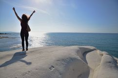 Γυναίκα που στέκεται στους άσπρους απότομους βράχους στη Σικελία Στοκ Εικόνες