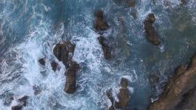 Γυναίκα που στέκεται στους βράχους στη θάλασσα απόθεμα βίντεο
