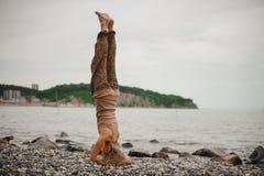 Γυναίκα που στέκεται στο κεφάλι της που κάνει τη γιόγκα Στοκ εικόνα με δικαίωμα ελεύθερης χρήσης