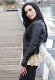 Γυναίκα που στέκεται στο λιμενικό χαμόγελο Στοκ φωτογραφία με δικαίωμα ελεύθερης χρήσης