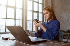 Γυναίκα που στέλνει τα μηνύματα κινητό app στο smartphone της Γυναίκα σπουδαστής που μαθαίνει σε απευθείας σύνδεση να προετοιμαστ Στοκ Φωτογραφίες