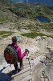 Γυναίκα που στα βουνά σε μια διαδρομή τουριστών στοκ φωτογραφία