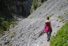 Γυναίκα που στα βουνά σε μια διαδρομή τουριστών στοκ εικόνα