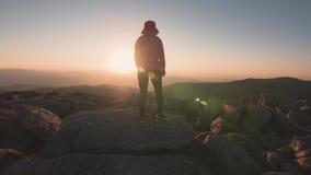 Γυναίκα που στα βουνά στο ηλιοβασίλεμα, υπαίθριος ενεργός τρόπος ζωής περιπέτειας απόθεμα βίντεο