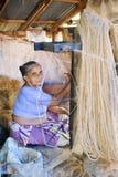 Γυναίκα που στηρίζεται ένα φυσικό σχοινί σε Kollam στην Ινδία στοκ εικόνα με δικαίωμα ελεύθερης χρήσης