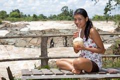 Γυναίκα που στηρίζεται με την καρύδα στοκ φωτογραφία με δικαίωμα ελεύθερης χρήσης