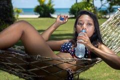 Γυναίκα που στηρίζεται στην αιώρα στο seacost στοκ φωτογραφία με δικαίωμα ελεύθερης χρήσης