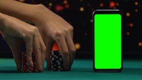 Γυναίκα που στοιχηματίζει όλα τα σημεία τυχερού παιχνιδιού, σε απευθείας σύνδεση εφαρμογή χαρτοπαικτικών λεσχών στο smartphone απόθεμα βίντεο