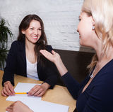 Γυναίκα που συζητά με τον πράκτορα Στοκ Εικόνα