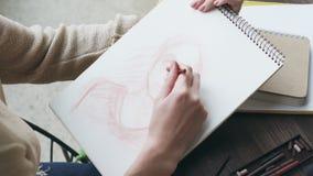 Γυναίκα που σύρει ένα ανθρώπινο σκίτσο απόθεμα βίντεο