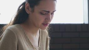 Γυναίκα που σύρει ένα σκίτσο στον καφέ φιλμ μικρού μήκους