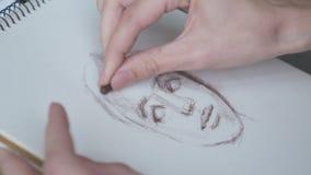 Γυναίκα που σύρει ένα σκίτσο του προσώπου φιλμ μικρού μήκους